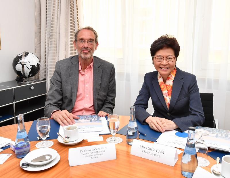行政長官林鄭月娥今日(林道時間六月二十四日)出席林道諾貝爾獎得主大會。圖示林鄭月娥(右)與奧地利教育和科研部部長海因茨‧法斯曼教授(左)會面。