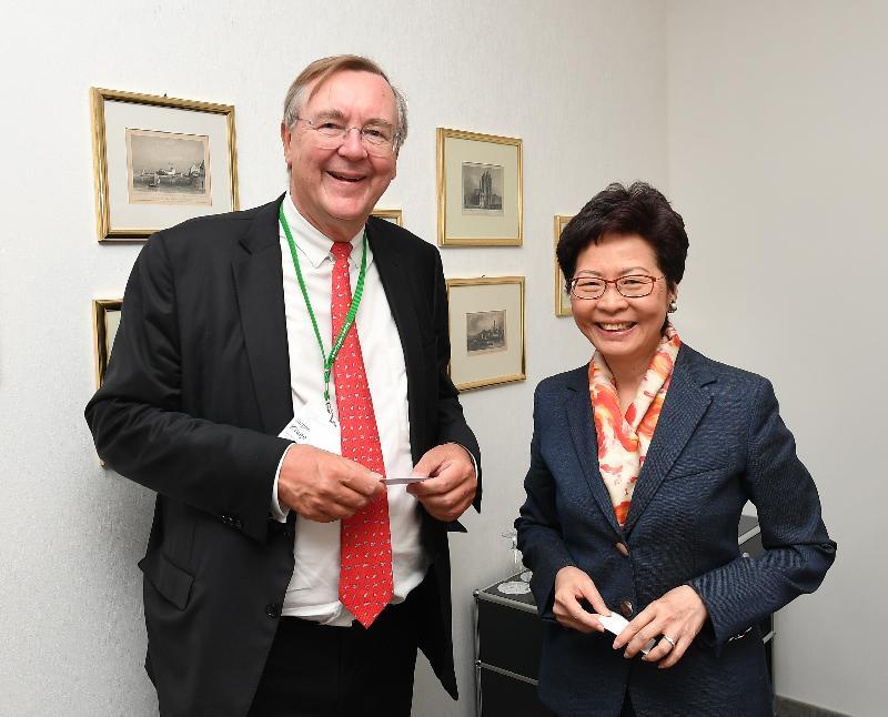 行政長官林鄭月娥今日(林道時間六月二十四日)出席林道諾貝爾獎得主大會。圖示林鄭月娥(右)與林道諾貝爾獎得主大會基金會主席Jürgen Kluge教授(左)會面。