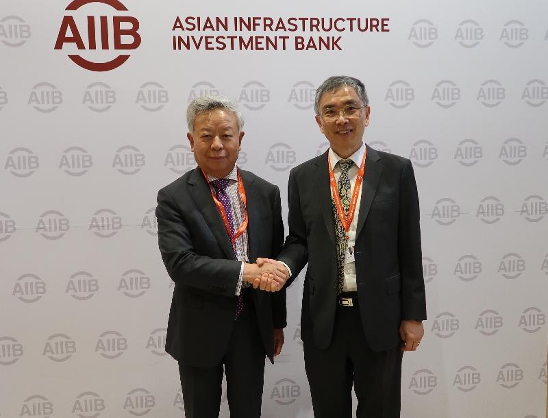 財經事務及庫務局局長劉怡翔(右)今日(六月二十五日)在印度孟買出席亞洲基礎設施投資銀行(亞投行)理事會第三次年會期間,與亞投行行長金立群(左)會面。