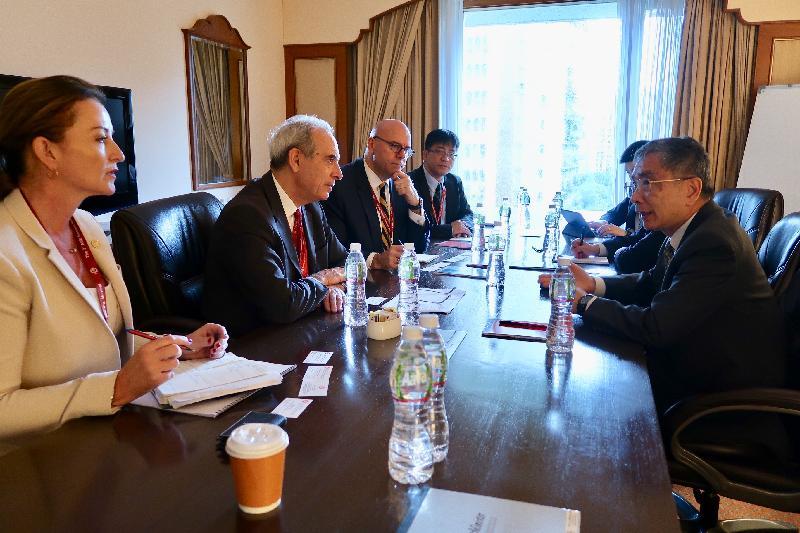 財經事務及庫務局局長劉怡翔(右)今日(六月二十五日)在印度孟買出席亞洲基礎設施投資銀行(亞投行)理事會第三次年會,並與亞投行副行長兼首席財務官Thierry de Longuemar(左二)會面,就香港在基礎建設融資的優勢交換意見。