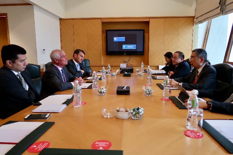 財經事務及庫務局局長劉怡翔(右一)今日(六月二十五日)在印度孟買出席亞洲基礎設施投資銀行理事會第三次年會,並與滙豐銀行環球銀行副主席Kevan Watts(左二)會面,討論香港的綠色金融發展。