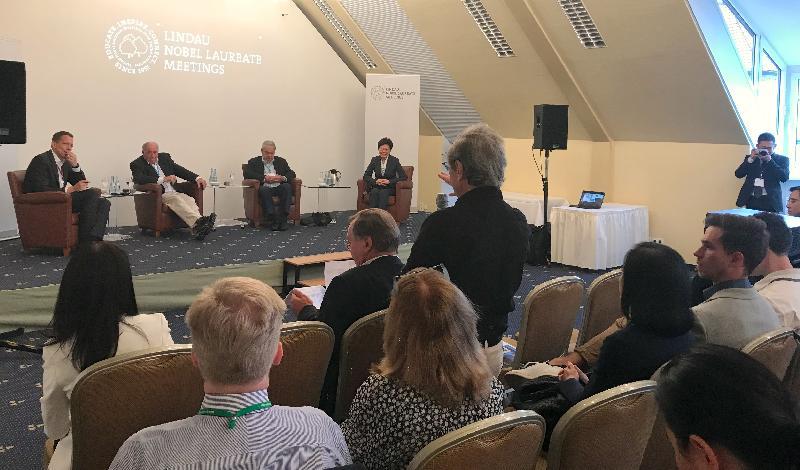 行政長官林鄭月娥今日(林道時間六月二十五日)繼續出席林道諾貝爾獎得主大會。圖示林鄭月娥(左四)、諾貝爾獎得主Ferid Murad教授(左三)和Kurt Wüthrich教授(左二)在研討會上與青年科學家交流。
