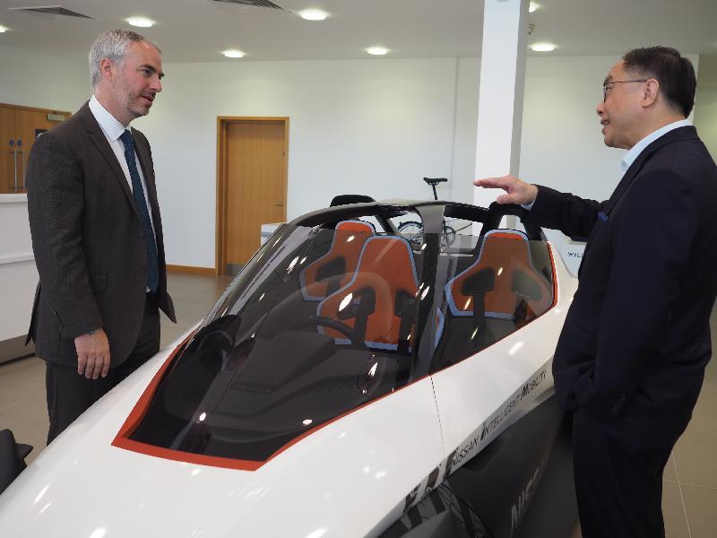 創新及科技局局長楊偉雄(右)今日(倫敦時間六月二十五日)參觀工程公司Williams Advanced Engineering,了解該公司如何將一級方程式賽車技術作商業應用。