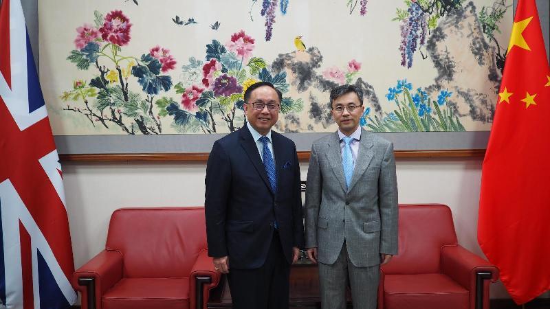 創新及科技局局長楊偉雄(左)今日(倫敦時間六月二十五日)在倫敦拜會中國駐英國臨時代辦大使祝勤(右)。