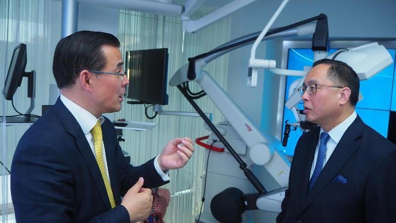 創新及科技局局長楊偉雄(右)今日(倫敦時間六月二十五日)參觀哈姆林中心醫療機械人實驗室。
