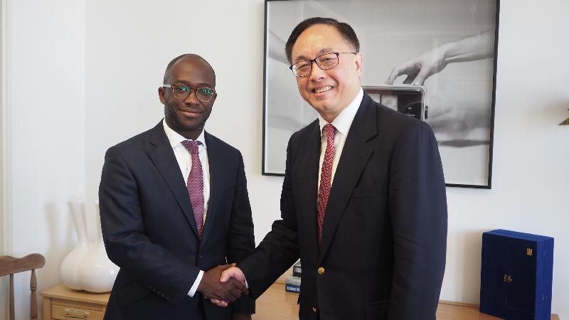 創新及科技局局長楊偉雄(右)今日(倫敦時間六月二十六日)在倫敦與英國大學、科學、研究和創新國務大臣Sam Gyimah(左)會面,了解英國的人工智能和工業發展策略。