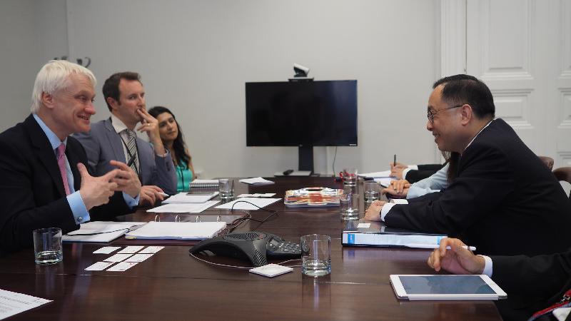 創新及科技局局長楊偉雄(右一)今日(倫敦時間六月二十六日)在倫敦與英國投資部長Graham Stuart(左一)會面。