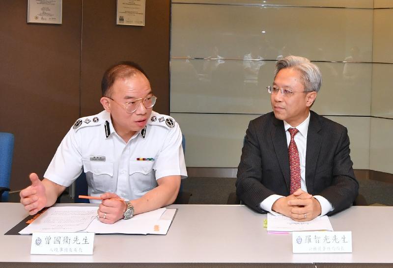 公務員事務局局長羅智光(右)今日(六月二十七日)到訪入境事務處,與處長曾國衞(左)會面,了解部門工作的最新情況。