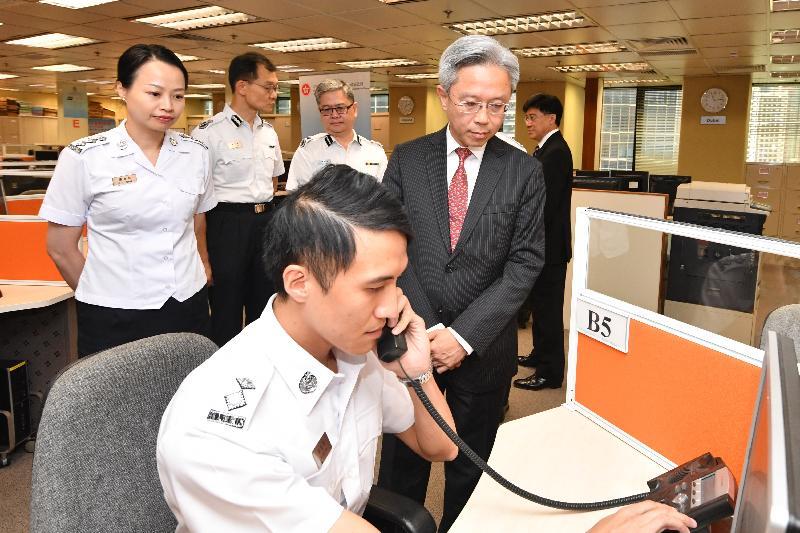 公務員事務局局長羅智光今日(六月二十七日)到訪入境事務處。圖示羅智光(前右)在了解「協助在外香港居民小組」的工作。