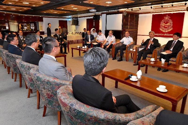 公務員事務局局長羅智光(右二)今日(六月二十七日)在公務員事務局常任秘書長周達明(右一)陪同下到訪入境事務處,與部門各職系的員工代表茶敍,就他們關注的事宜交換意見。