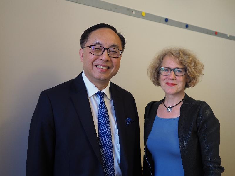 創新及科技局局長楊偉雄(左)今日(蘇黎世時間六月二十七日)在蘇黎世與市長Corine Mauch會面(右)。