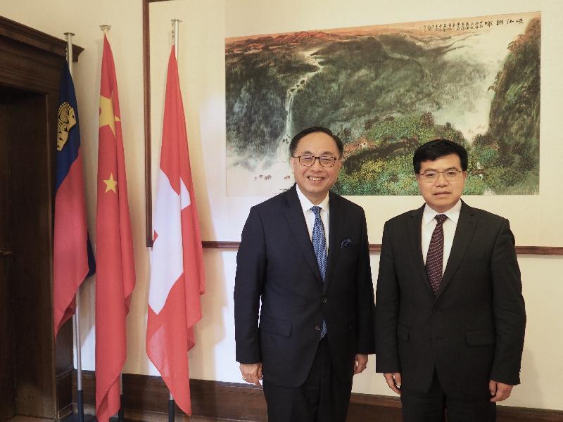 創新及科技局局長楊偉雄(左)今日(蘇黎世時間六月二十七日)在蘇黎世拜會中國駐蘇黎世總領事趙清華(右)。
