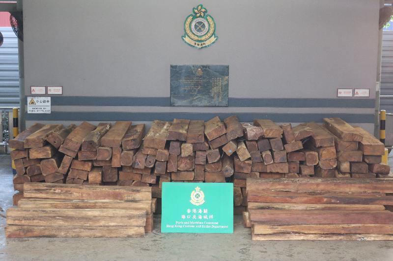 香港海關今日(六月二十七日)在青衣海關驗貨場一個貨櫃內檢獲約二萬九千公斤懷疑危地馬拉黃檀木材,估計市值約一百一十五萬元。
