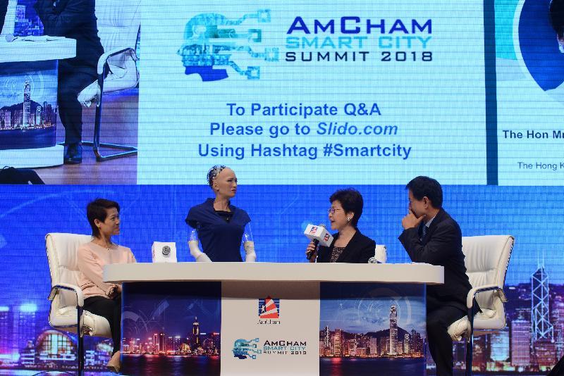 行政長官林鄭月娥今日(六月二十七日)出席香港美國商會智慧城市高峰會2018。圖示林鄭月娥(右二)與沙特阿拉伯首位人工智能公民Sophia(左二)在會上交談。