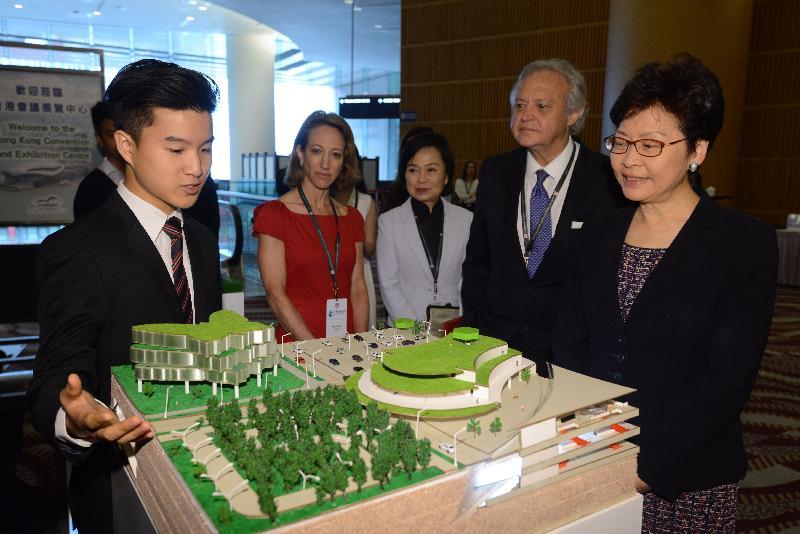 行政長官林鄭月娥今日(六月二十七日)出席香港美國商會智慧城市高峰會2018。圖示林鄭月娥(右一)在香港美國商會主席朗杰(右二)、香港美國商會會長早泰娜(左二)及教育局副局長蔡若蓮博士(左三)陪同下,參觀由商會舉辦的模型創作比賽入圍學校作品。