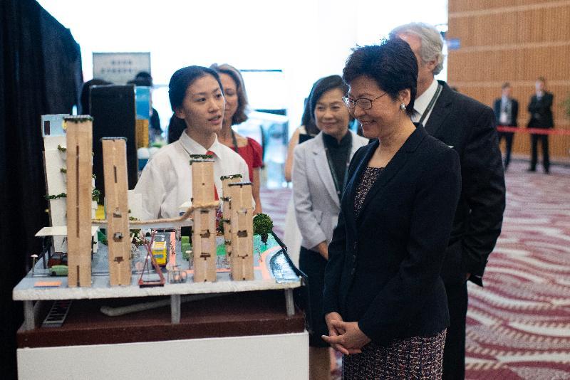 行政長官林鄭月娥今日(六月二十七日)出席香港美國商會智慧城市高峰會2018。圖示林鄭月娥(右一)參觀由商會舉辦的模型創作比賽入圍學校作品。