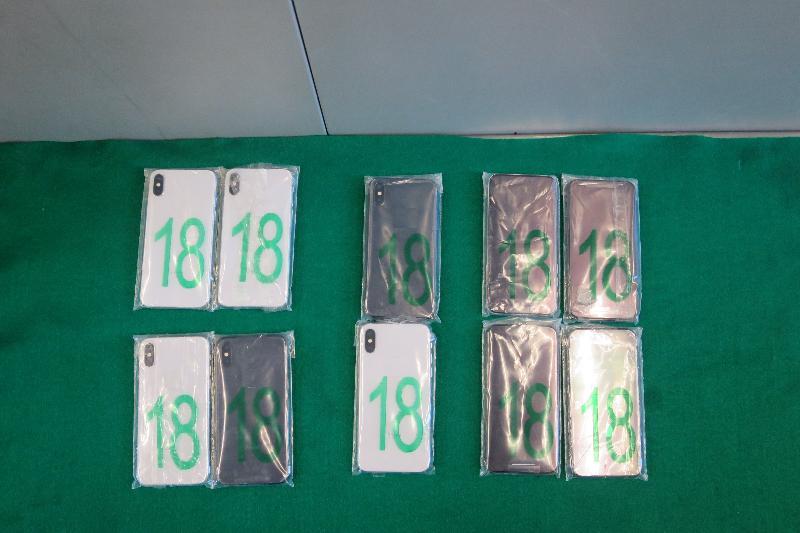 香港海關昨日(六月二十六日)和今日(六月二十七日)在深圳灣管制站共檢獲三百二十件電腦中央處理器、三百件電腦記憶體、十部智能電話及六千三百五十克琥珀原石,估計市值約五十六萬元。圖示檢獲的智能電話。