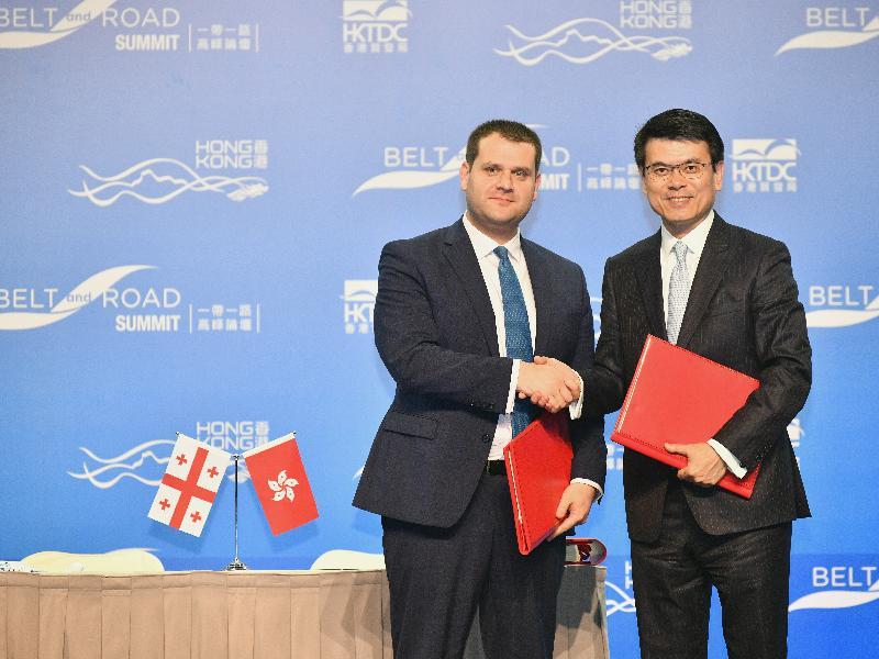 香港與格魯吉亞今日(六月二十八日)在「一帶一路高峰論壇」上簽訂自由貿易協定,論壇在香港舉行。圖示商務及經濟發展局局長邱騰華(右)和格魯吉亞經濟與可持續發展部副部長Genadi Arveladze(左)在儀式上交換已簽訂的文本。