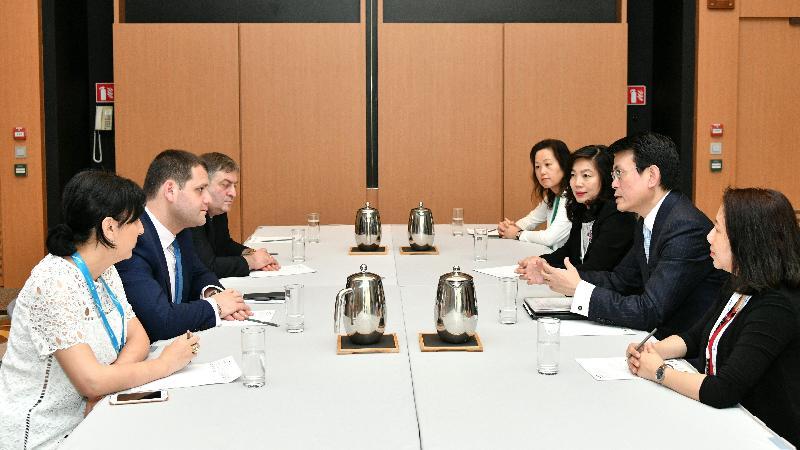商務及經濟發展局局長邱騰華(右二)和格魯吉亞經濟與可持續發展部副部長Genadi Arveladze(左二)今日(六月二十八日)在「一帶一路高峰論壇」上簽署自由貿易協定後舉行雙邊會議,論壇在香港舉行。