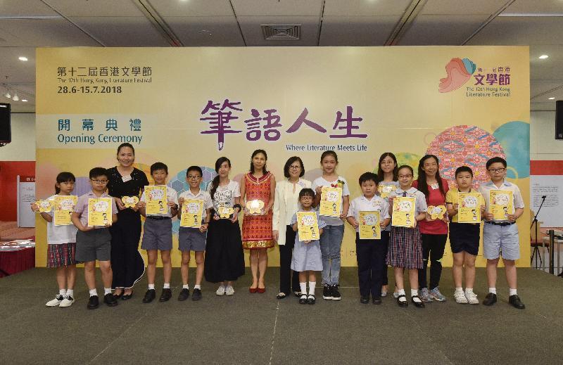 康樂及文化事務署助理署長(圖書館及發展)劉淑芬(左八)今日(六月二十八日)於「第十二屆香港文學節」開幕典禮頒發「文學作品演繹比賽」獎項予得主。
