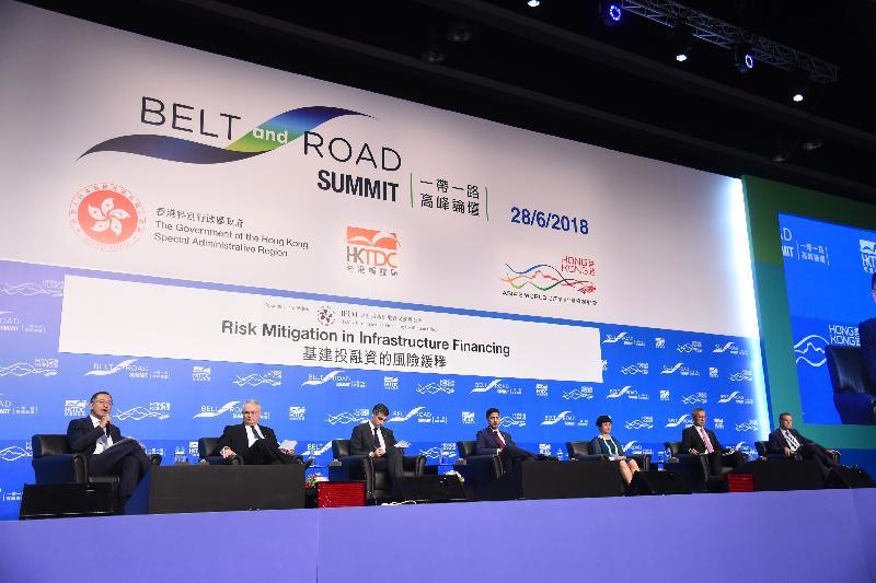 香港金融管理局副總裁兼基建融資促進辦公室主任余偉文(左一)今日於「一帶一路高峰論壇」中主持題為「基建投融資的風險緩釋」的專題討論環節。其他演講嘉賓包括(左二起)全球基礎設施中心首席運營官馬克·莫斯利、香港上海滙豐銀行有限公司亞太區基建及地產行業聯席主管James Cameron、蘇黎世保險有限公司亞太區授信部主管Tim Warren、中國進出口銀行香港代表處首席代表文虹、AECOM中國區總裁及亞太區高級副總裁鍾小平和中電控股有限公司執行董事及財務總裁彭達思。