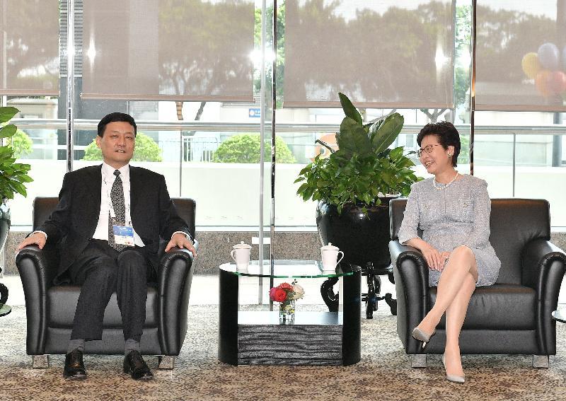 行政長官林鄭月娥(右)今日(六月二十八日)早上出席第三屆「一帶一路高峰論壇」前與國務院國有資產監督管理委員會主任肖亞慶會面。