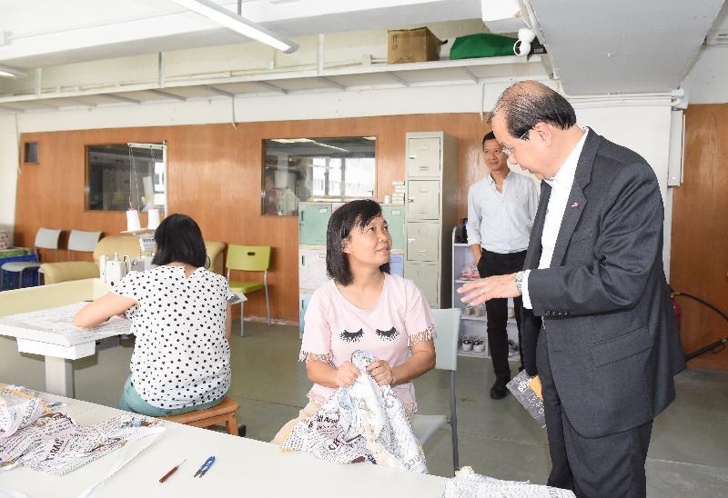 政務司司長張建宗(右一)今日(六月二十九日)出席合廠・開幕典禮,並與在「合廠」工作的婦女傾談。