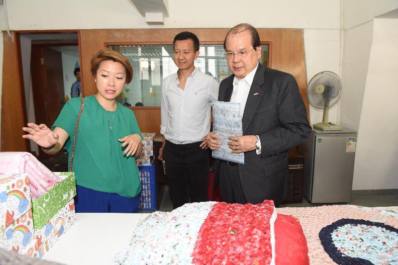 政務司司長張建宗(右)今日(六月二十九日)出席合廠・開幕典禮,並參觀「合廠」的工作空間。