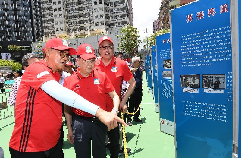 政務司司長張建宗(左二)今日(六月三十日)在旺角麥花臣遊樂場參觀《一岱偉大鍾鋒 締造光輝歲月》足球展覽。