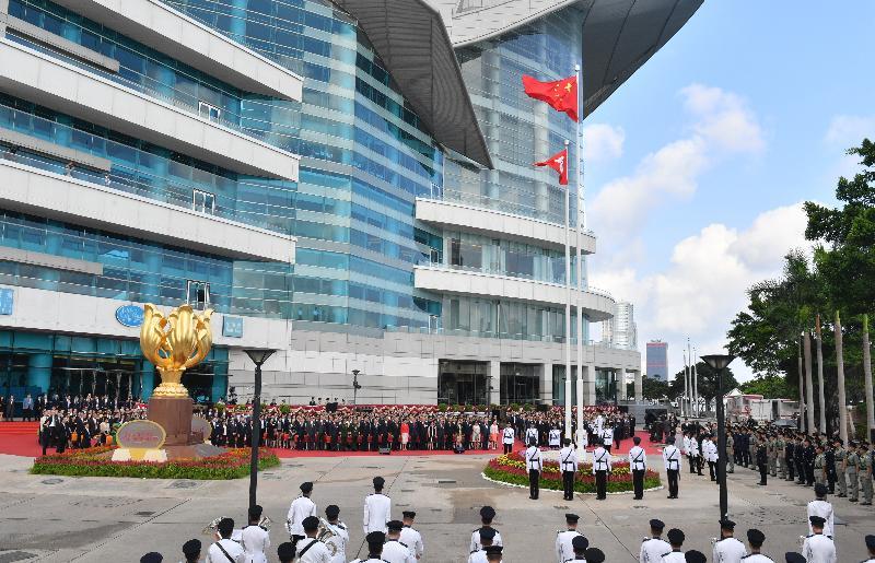 行政長官林鄭月娥和主要官員及嘉賓今早(七月一日)在灣仔金紫荊廣場出席香港特別行政區成立二十一周年升旗儀式。
