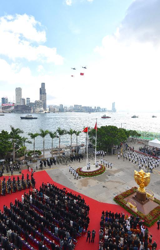 今早(七月一日)在灣仔金紫荊廣場舉行的香港特別行政區成立二十一周年升旗儀式上,紀律部隊和飛行服務隊在海上和空中敬禮。