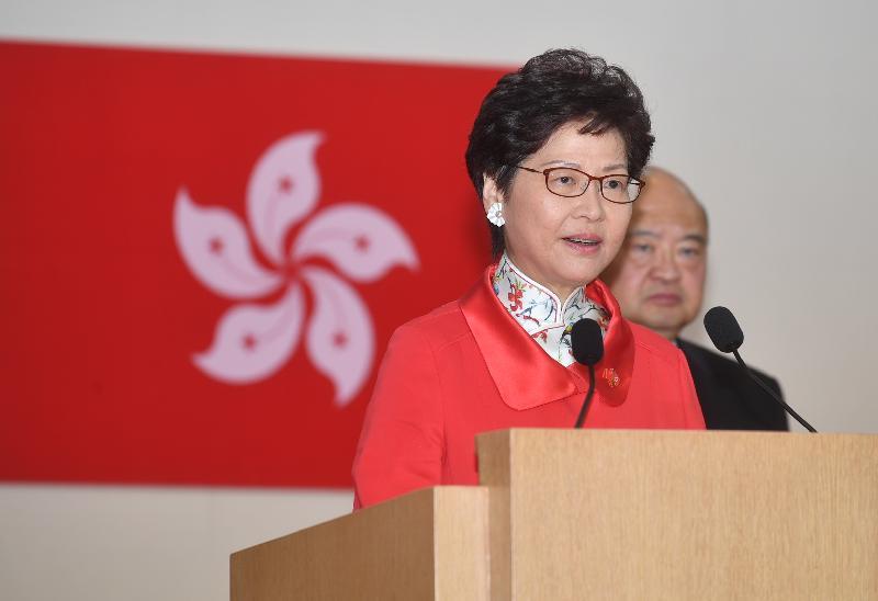行政長官林鄭月娥和主要官員及嘉賓今早(七月一日)在香港會議展覽中心出席香港特別行政區成立二十一周年酒會。圖示林鄭月娥在酒會上致辭。