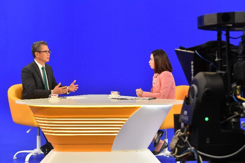 財政司司長陳茂波(左)今日(七月一日)出席無綫電視節目《講清講楚》。