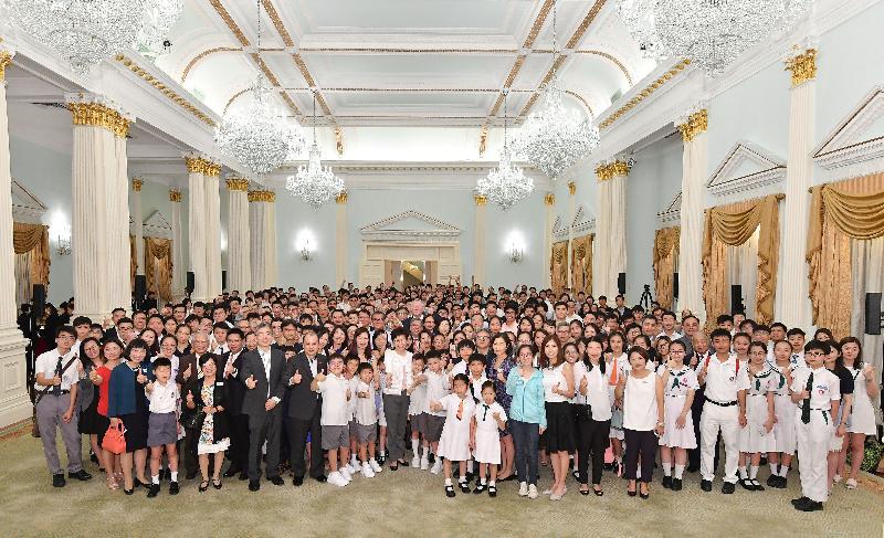 行政長官林鄭月娥今日下午(七月一日)聯同多位司局長在禮賓府與百多位過去一年曾在國際比賽獲奬的香港青年及學生茶敘。圖示林鄭月娥與出席者拍攝大合照。