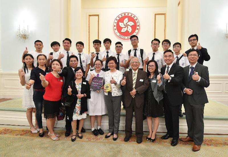 行政長官林鄭月娥今日下午(七月一日)聯同多位司局長在禮賓府與百多位過去一年曾在國際比賽獲奬的香港青年及學生茶敘。圖示林鄭月娥(前排右五)與出席者合照。
