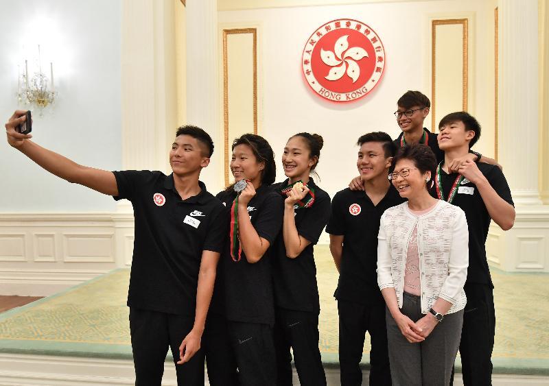 行政長官林鄭月娥今日下午(七月一日)聯同多位司局長在禮賓府與百多位過去一年曾在國際比賽獲奬的香港青年及學生茶敘。圖示林鄭月娥(前排右一)與出席者合照。