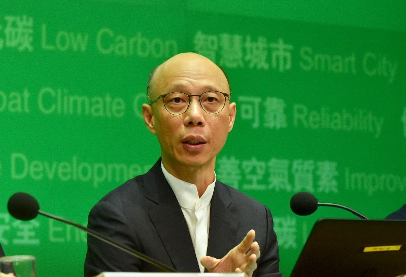 環境局局長黃錦星今日(七月三日)在記者會上簡介兩間電力公司的新發展計劃。