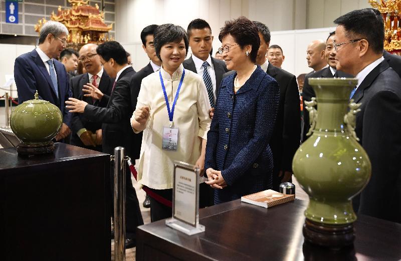 行政長官林鄭月娥(右二)今日(七月四日)上午出席「香約港城--2018寧波經貿‧文化周」開幕式,並參觀工藝品展覽。