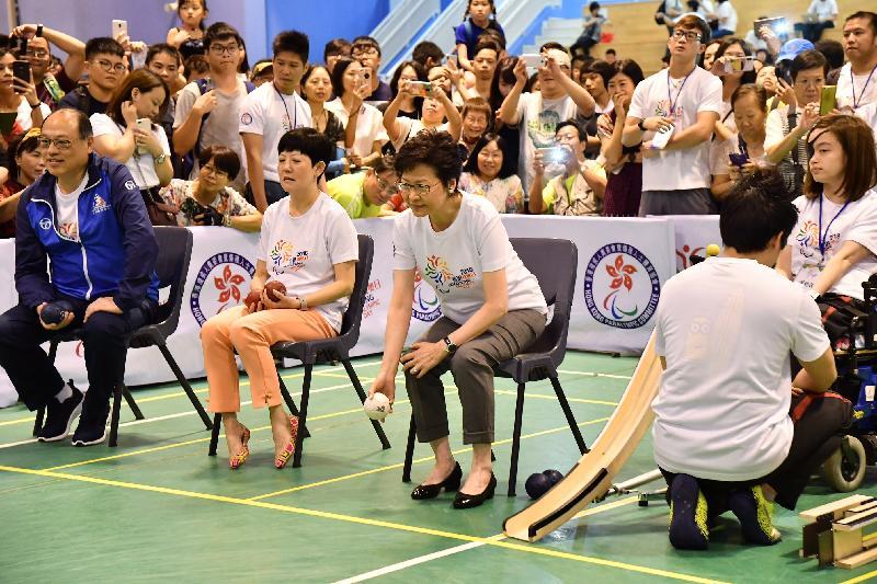 行政長官林鄭月娥今日(七月八日)出席香港殘奧日2018開幕典禮。圖示林鄭月娥(中)參與硬地滾球活動。