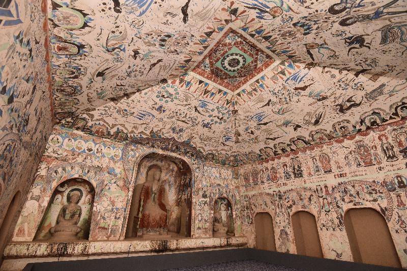 香港文化博物館本年度重點展覽「數碼敦煌——天上人間的故事」明日(七月十一日)起舉行。圖示複製莫高窟建於西魏時期的第二八五窟,洞窟裏的壁畫內容豐富,是中西文化交流的重要見證。