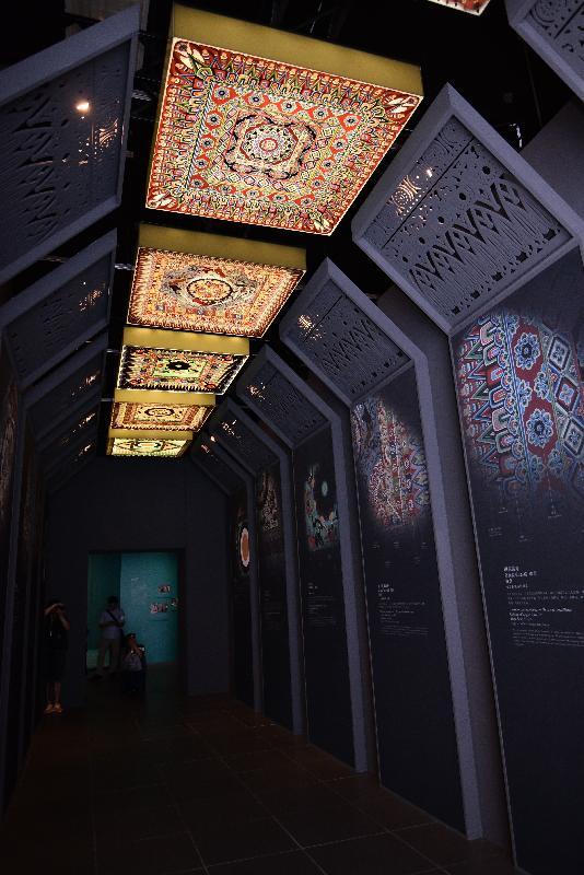 港文化博物館本年度重點展覽「數碼敦煌——天上人間的故事」明日(七月十一日)起舉行。圖示展廳內展示莫高窟窟頂的藻井。