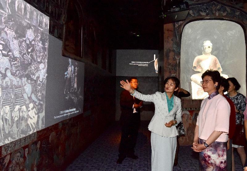 行政長官林鄭月娥(右一)今日(七月十日)出席「數碼敦煌——天上人間的故事」展覽開幕典禮,並參觀展覽。