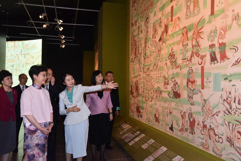 行政長官林鄭月娥(左三)今日(七月十日)出席「數碼敦煌——天上人間的故事」展覽開幕典禮,並參觀展覽。