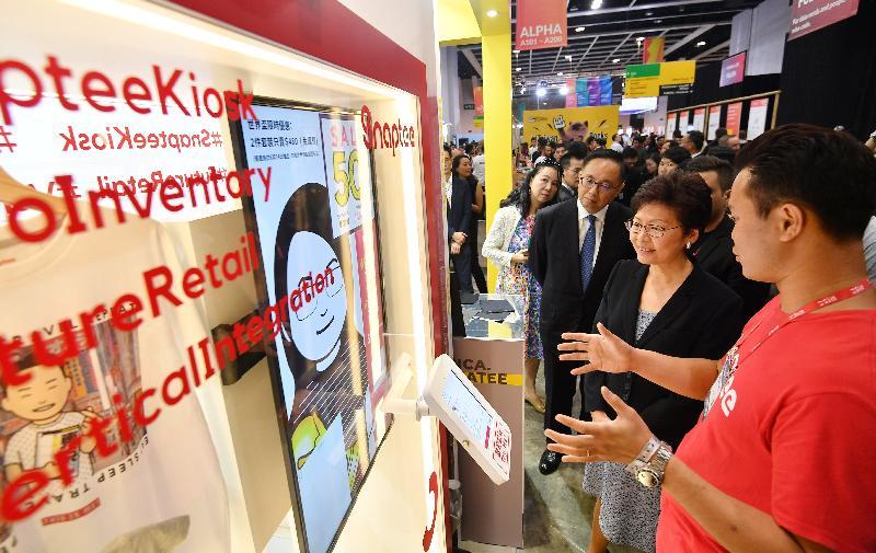 行政長官林鄭月娥(右二)和創新及科技局局長楊偉雄(右三)今日(七月十日)出席RISE 2018會議,並參觀介紹香港初創企業的攤位。