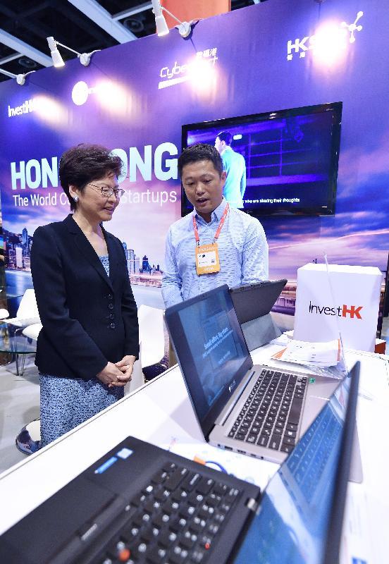 行政長官林鄭月娥(左)今日(七月十日)出席RISE 2018會議,並參觀投資推廣署攤位。