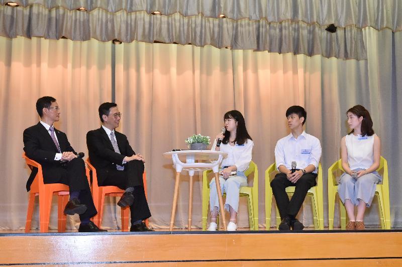 教育局局長楊潤雄(左二)今日(七月十一日)聆聽基督書院的校友分享他們的升學路向。旁為該校校長馮志德(左一)。
