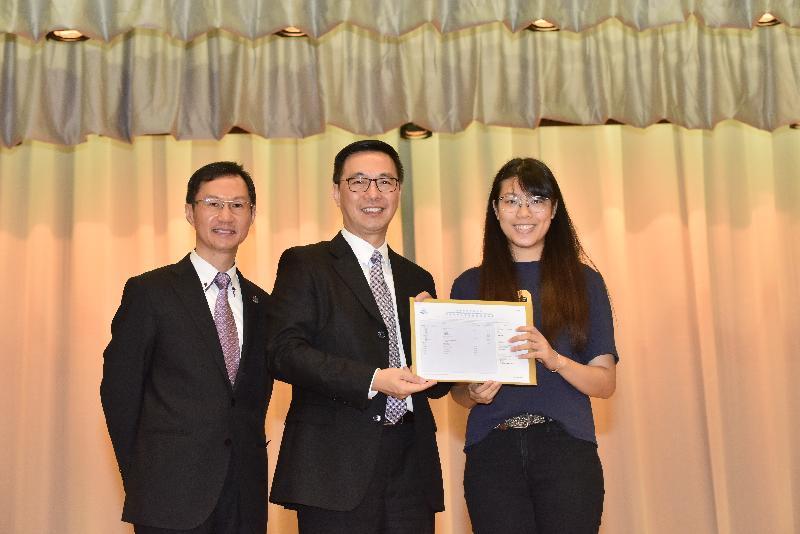 教育局局長楊潤雄(中)今日(七月十一日)到基督書院勉勵應屆香港中學文憑考試考生,並頒發文憑試成績通知書予學生代表。旁為該校校長馮志德(左)。