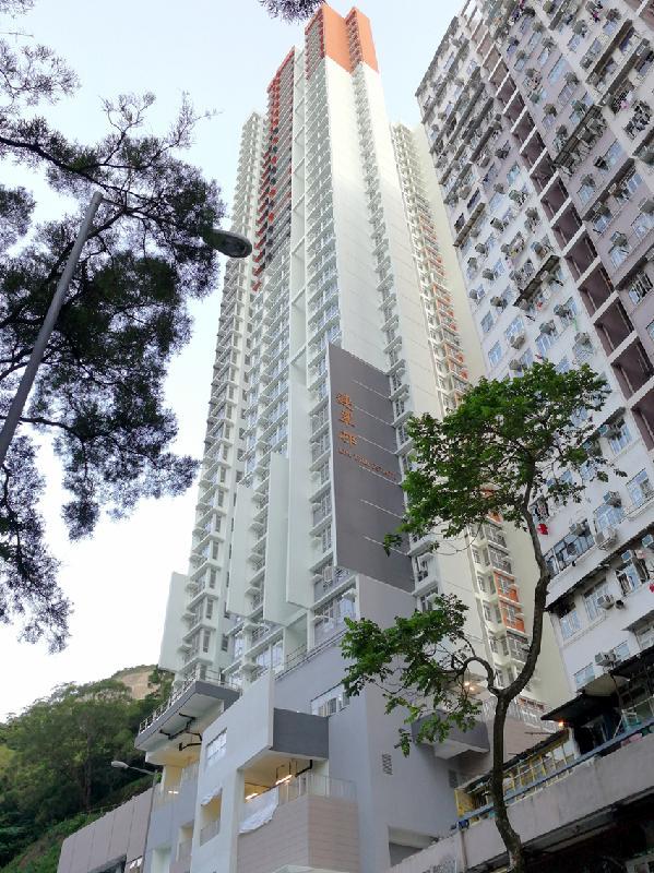 位於柴灣連城道的連翠邨為單幢大廈屋邨,有36層住宅樓層,提供288個出租公屋單位予700多人居住。