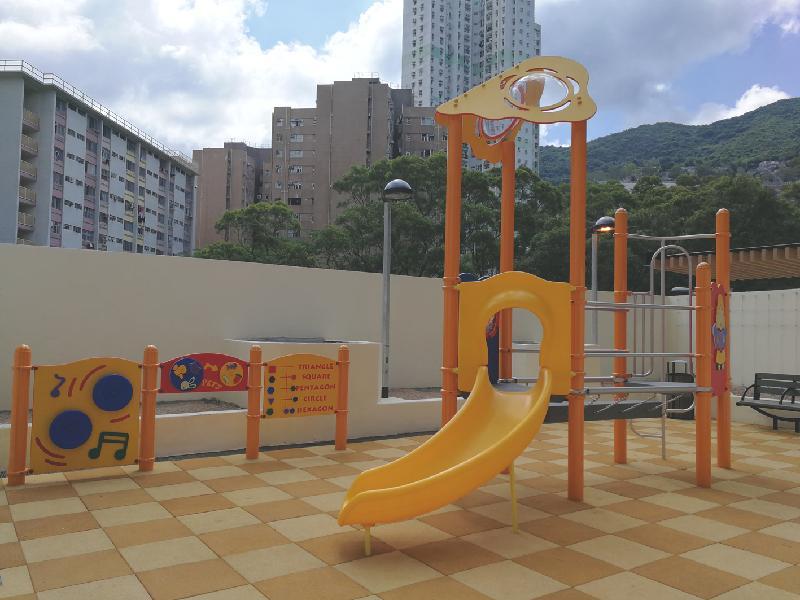 柴灣連城道連翠邨屋邨平台上的兒童遊樂場。