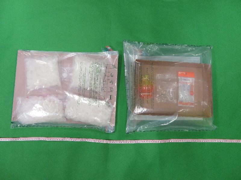 香港海關昨日(七月十一日)在落馬洲管制站檢獲約一點四公斤懷疑冰毒及毒品吸食工具,估計市值約九十七萬元。